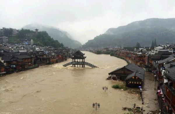 凤凰古城:遭暴雨袭击 景区关闭转移12万人