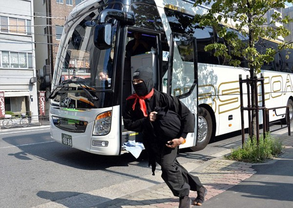 日本:特色旅游巴士融合忍者与武士街头表演