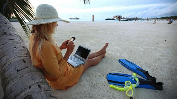 调查:智能手机成为夏日度假游客必备物品