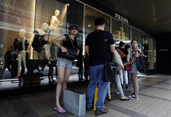 评论:香港经济太过依赖中国内地的购物游