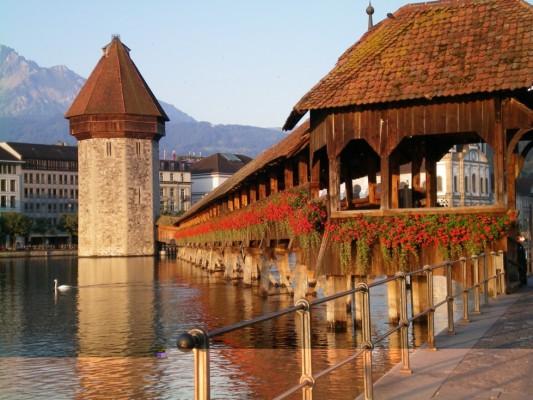 """瑞士:旅游点特设""""亚洲专列"""" 总裁称非歧视"""
