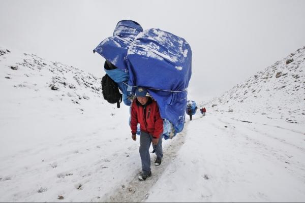高海拔导游:面对珠峰地震山崩 生存现状揭秘