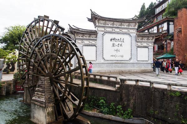 丽江古城:商户停业进行中,收费是痒还是痛