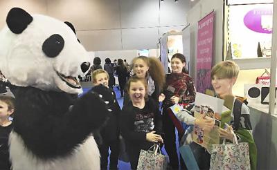 成都:熊猫旋风刮进欧洲,游客体验虚拟旅行