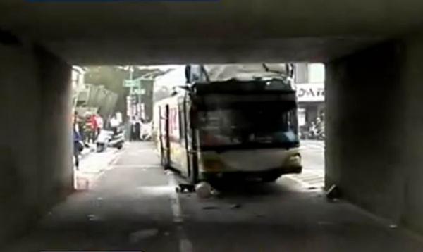 台湾高雄:载有大陆游客大巴车出车祸多人受伤