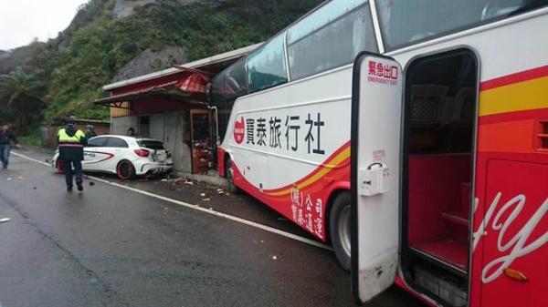 台湾:一满载陆客游览车冲撞民宅 3乘客轻伤