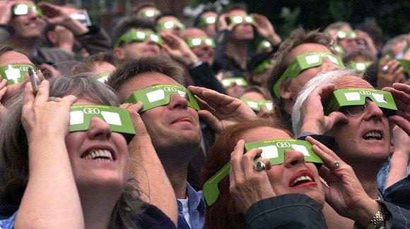 美国:为看大日食 游客和海陆空商人都拼了