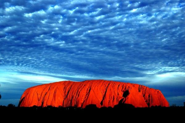 澳大利亚着名的乌鲁鲁巨石2019年起禁止攀爬