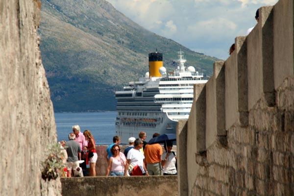 过度旅游:热门目的地控制邮轮和短租有用吗
