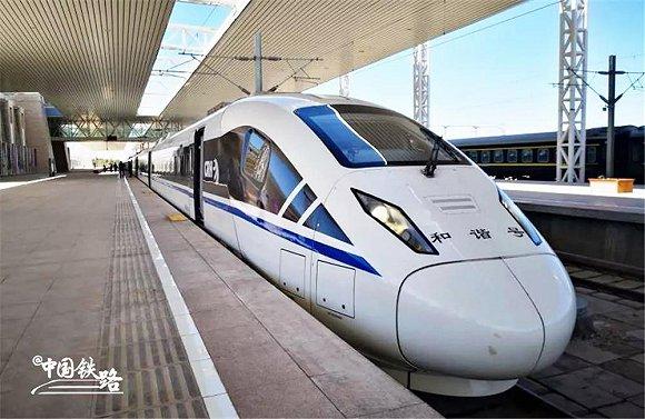 敦煌:开出首趟动车 连入全国旅游高铁网