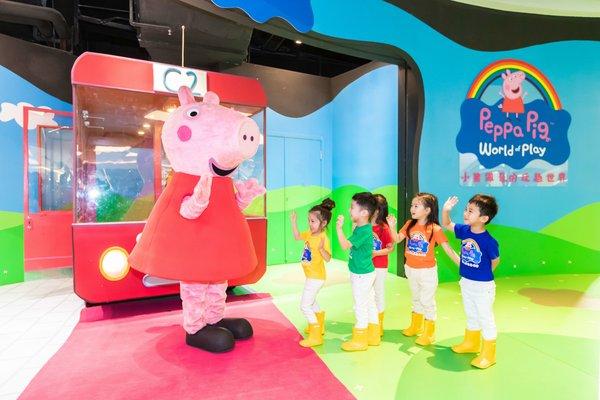 """上海:""""小猪佩奇的玩趣世界""""室内主题乐园开业"""