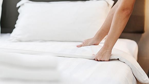 """酒店再曝""""床单门"""":带血床单和普通床单一起洗"""