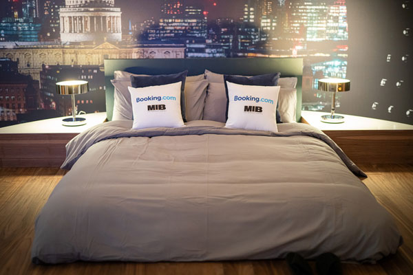 Booking.com缤客:重磅推出沉浸式黑衣人之夜